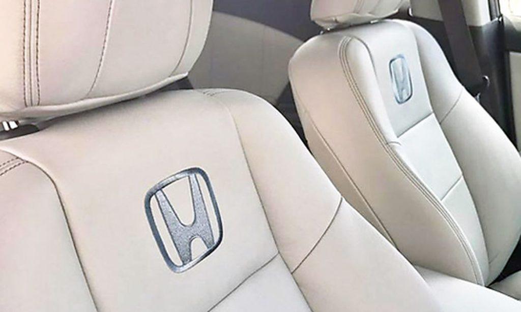 Honda logo broderet på lædersæde i bil