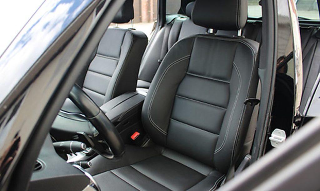 Autopolstrer udskifter sædebetræk i din bil